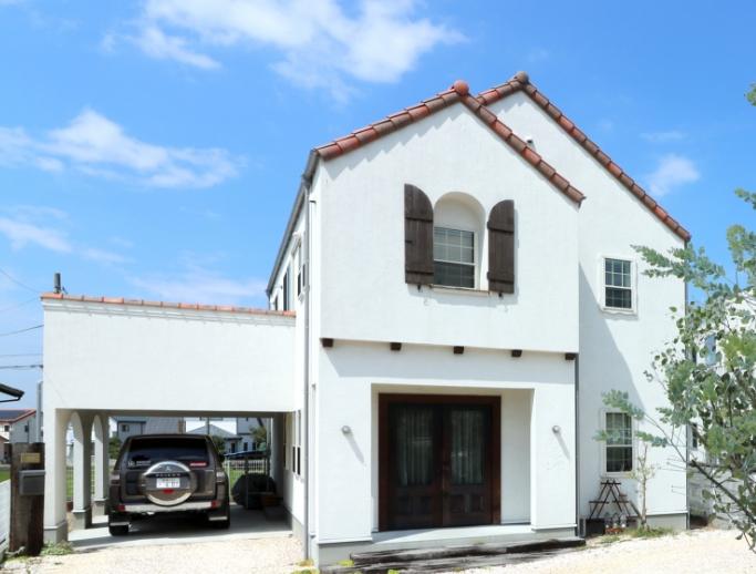 自然素材が心地よい「三角屋根と漆喰壁の家」