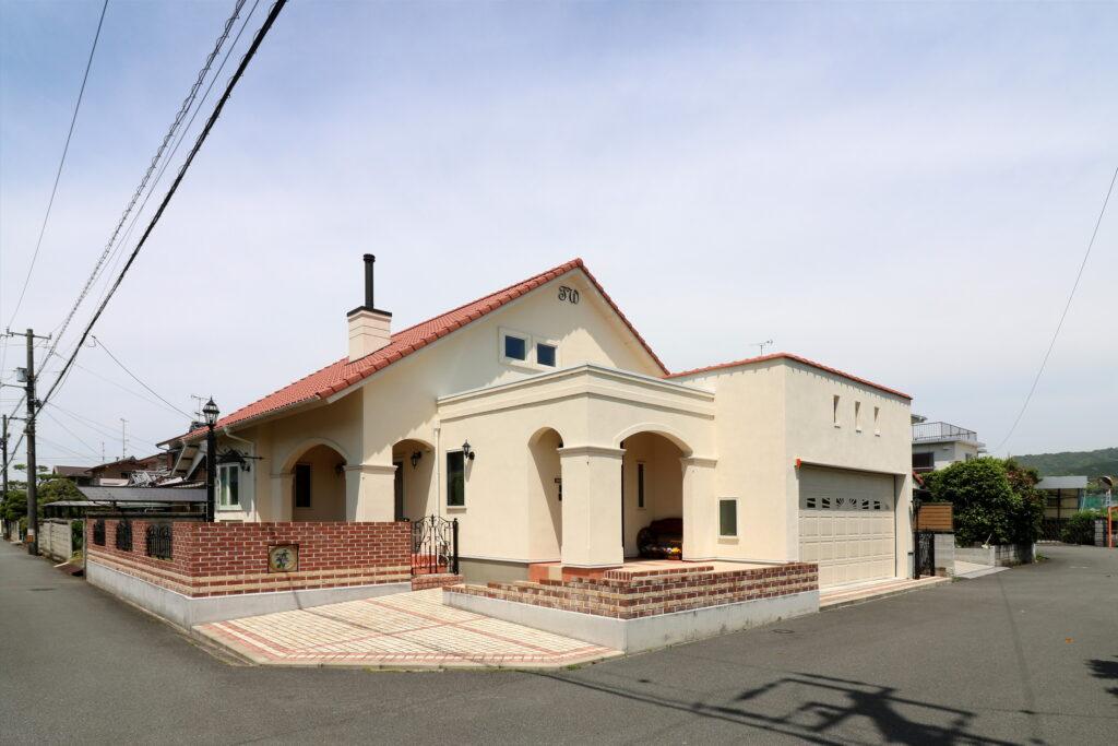 煙突のある「オレンジ屋根の家」