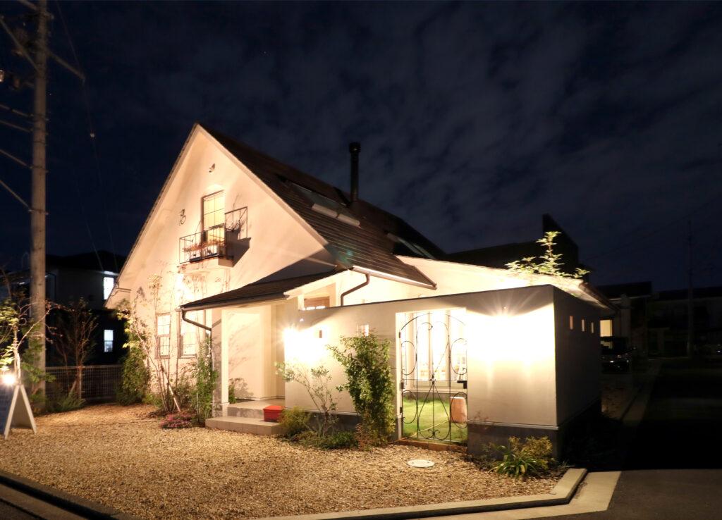 夜の「小さくて、かわいい家。」